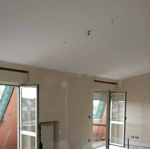 Pavimenti e soffitti in costruzione di una casa a Caserta