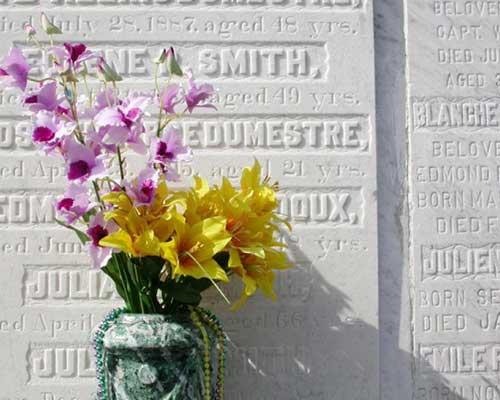 una lapide e un vaso di fiori davanti