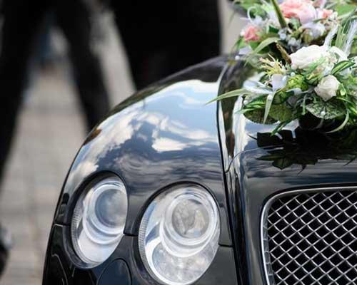 una macchina decorata con un bouquet di fiori