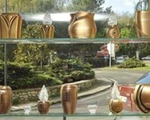 due mensole con delle urne dorate