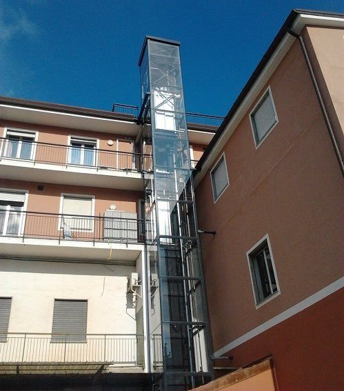 un condominio con un ascensore esterna