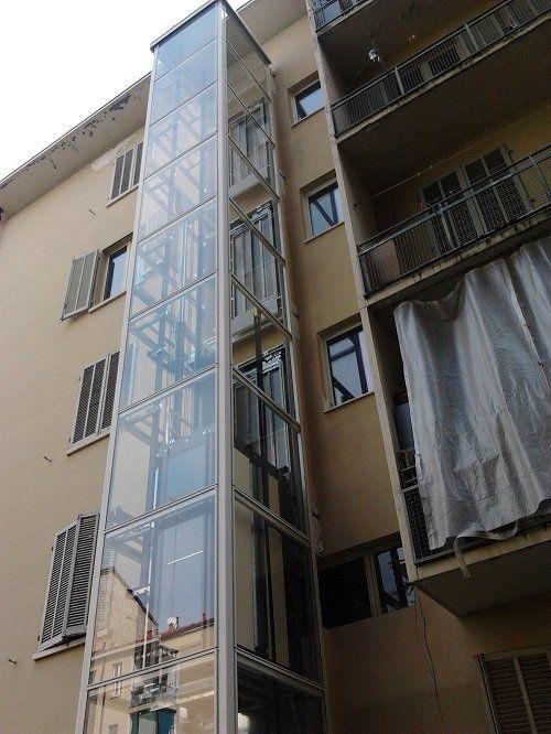 un ascensore esterna di un condominio
