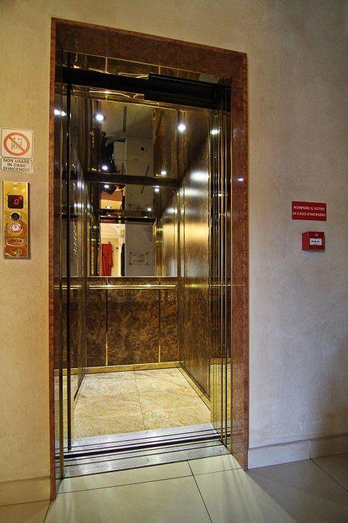 l'entrata a un ascensore
