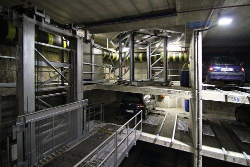 un ponticello di ferro in un parcheggio sotterraneo