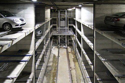 delle macchine in un parcheggio sotterraneo