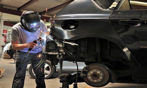 un carrozziere lavora su un auto