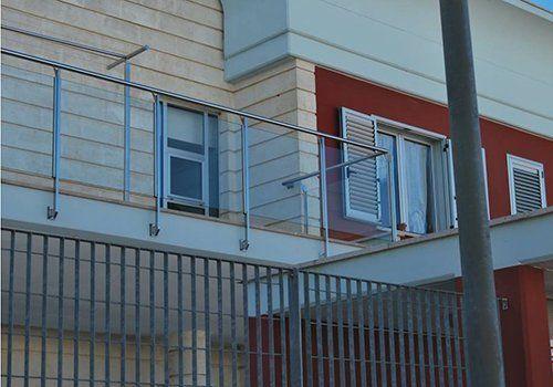 Balcone con il parapetto in acciaio e vetro a Laterza , Taranto