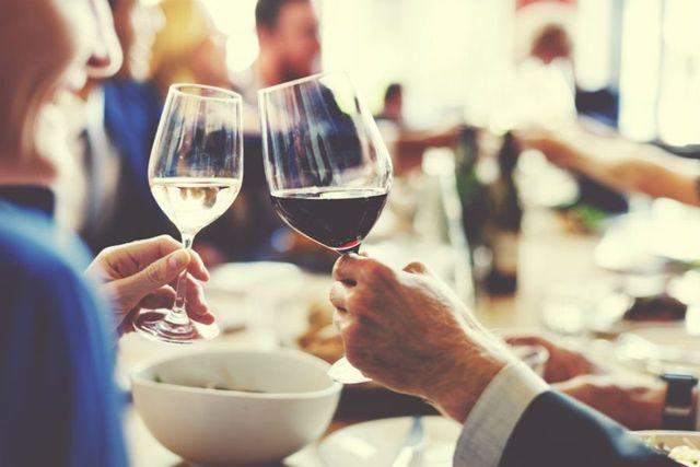 una coppia brinda nel ristorante