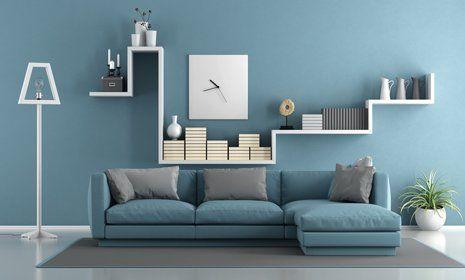 vista di un divano con cuscini e parete decorata