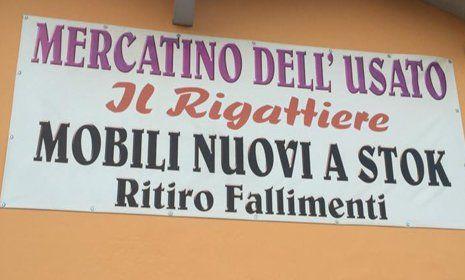 Insegna con scritta MERCATINO DELL' USATO IL RIGATTIERE MOBILI NUOVI A  STOCK RITIRO FALLIMENTI
