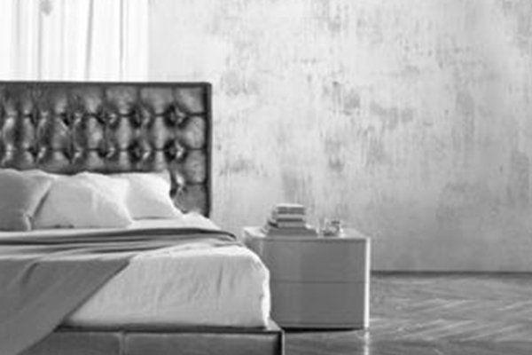 un letto e un comodino