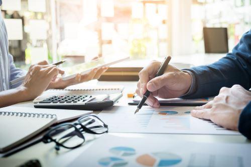 una donna e un uomo lavorando su una scrivania