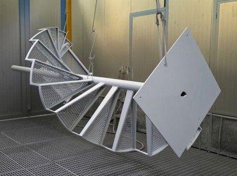 Verniciatura in sospensione aerea di un tetto in metallo