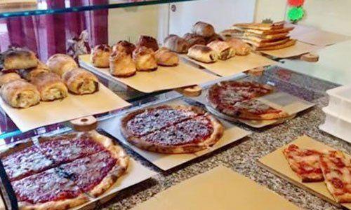 Varietà di pizze al taglio e rustici fatti in casa