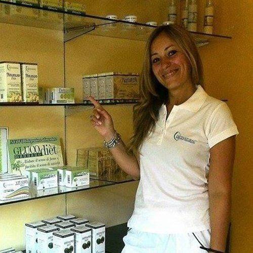 nutrizionista di fronte ad uno scaffale di prodotti dietetici