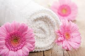 Mani offrendo una fiori di loto bianca