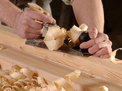 carpentiere sta lavorando su un pezzo di legno
