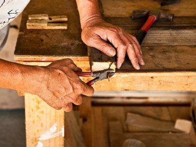 carpentiere mentre lavora del legno