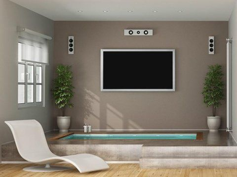 una TV a muro e sotto una piscina in un appartamento