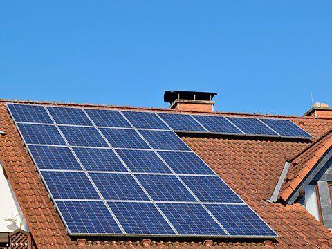 il tetto di una villa con pannelli solari