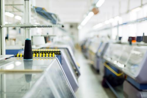 delle macchine da cucire in una maglieria