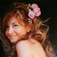 Bella donna con i fiori nei capelli a Galatone
