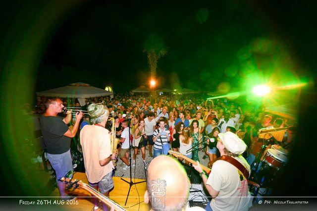 Folla balla durante una performance live di una band