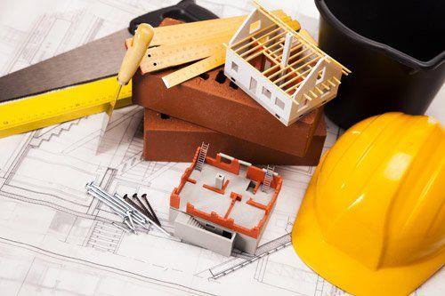 dei progetti e un casco da geometra