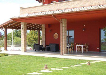 vista esterna di una casa di campagna
