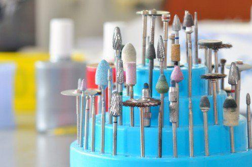 in mostradiversi attrezzi dei dentisti