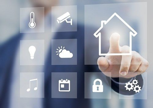 un dito che preme su un'icona digitale di una casa
