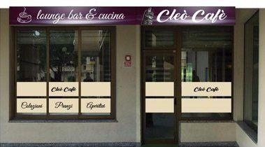 vista da fuori delle vetrine e le insegne con scritto Lounge Bar e Cucina Cleo Caffe'