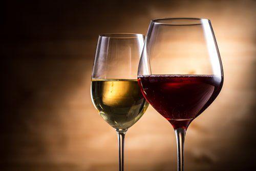 due bicchieri di vino bianco e rosso