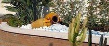 aiuola con ghiaia  piante e due vasi a decorazione
