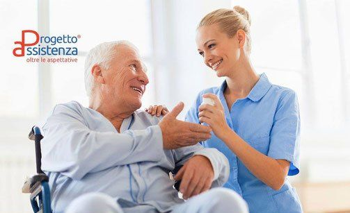 anziano su sedia a rotelle con infermiera