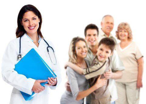 dottoressa con cartella clinica e pazienti che sorridono