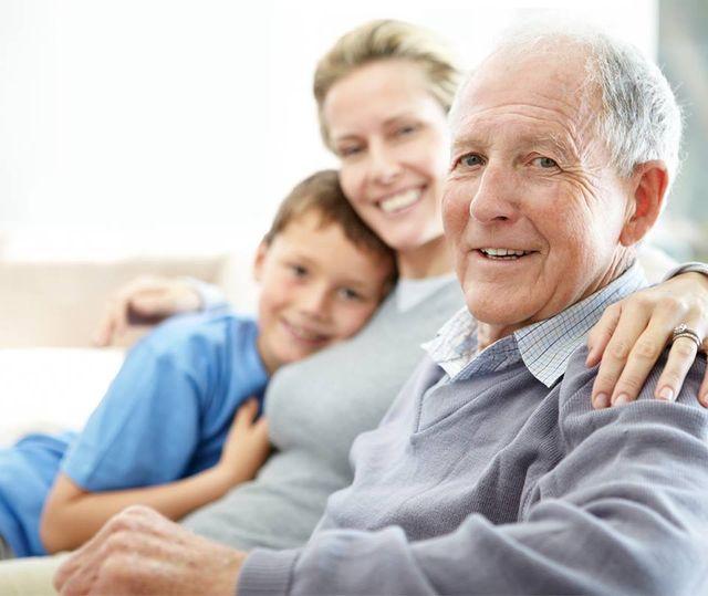 anziano con parenti in ospedale