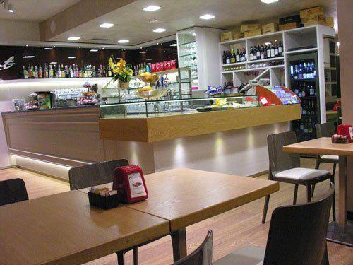 Interno del negozio, mobili di legno, bancone bar di Al Bistrot