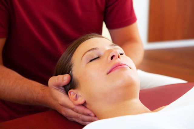 specialist massaging a woman with jaw pain in Honolulu