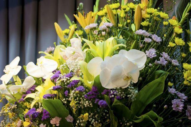 Composizione di fiori per funerali