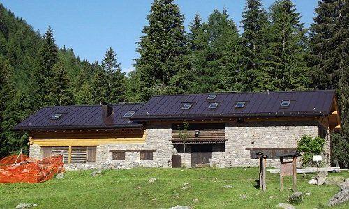 tetto nero di lamiera