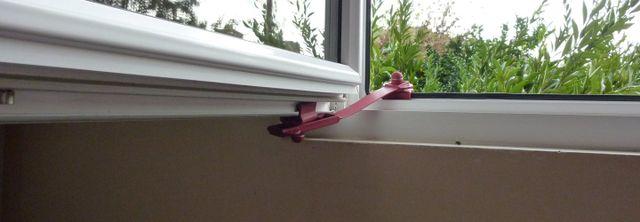 ferma finestra installato su una finestra in pvc