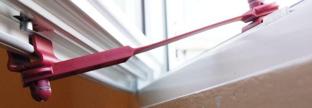 dettaglio di un ferma finestra rosso
