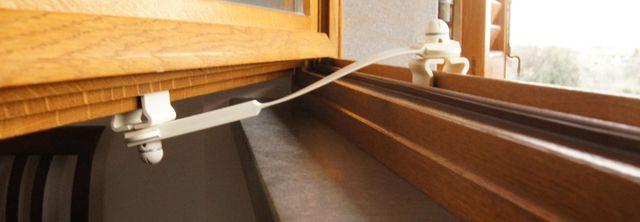 ferma finestra installato su una finestra in legno