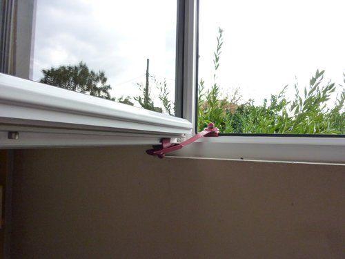 immagine finestra aperta con fermo finestra rosso