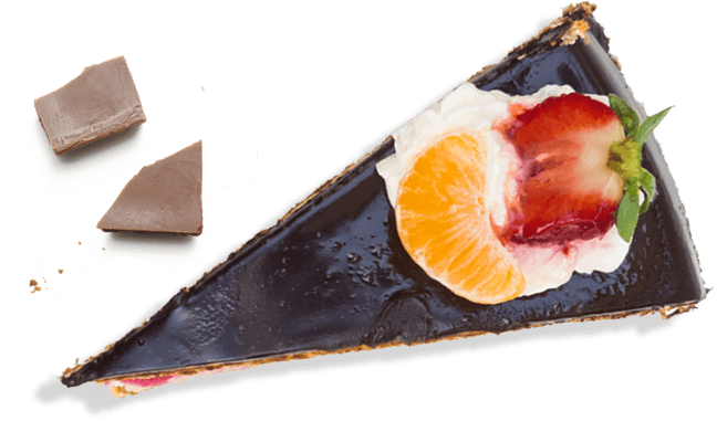 una fetta di torta al cioccolato e frutta
