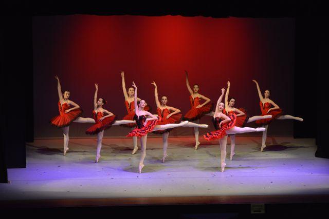 nove ballerini che danzano