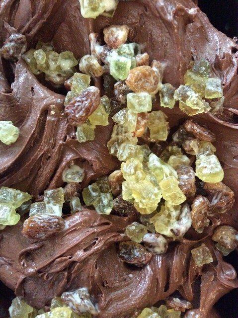 gelato artigianale al gusto di cioccolato e canditi