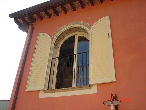 una finestra ad arco aperta