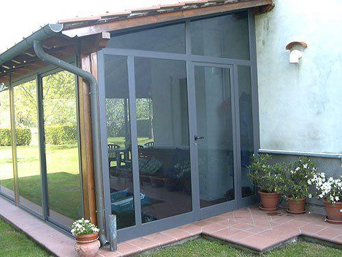 una porta in vetro di una veranda